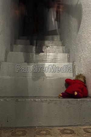 krimineller spaziergang im obergeschoss mit puppe