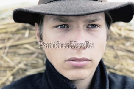 portraet von teenager mit hut