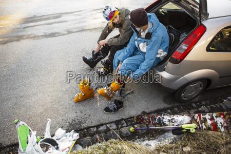 zwei junge maenner im autokofferraum der