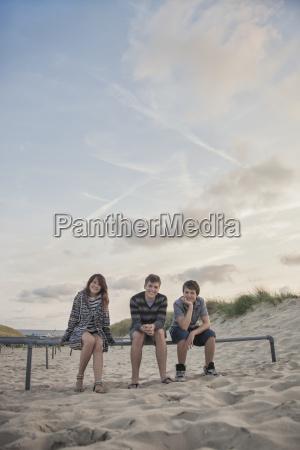niederlande drei laechelnde jugendliche die in