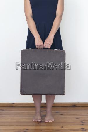 frau haelt koffer