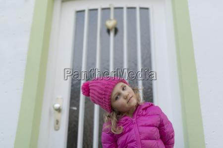 junge maedchen mit rosa winterjacke und