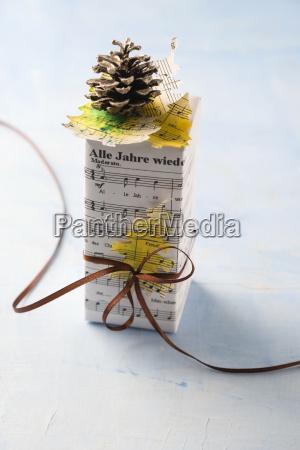 weihnachtsgeschenk in musikpapier verpackt