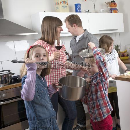 familie mit drei kindern beim gemeinsamen