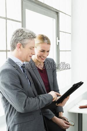 deutschland arbeiten wirtschaftler auf digitalen tablet