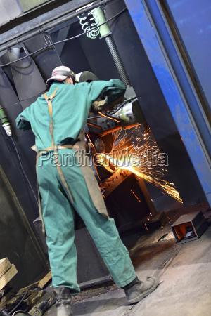 arbeitnehmer mit schneidemaschine in einer fabrik