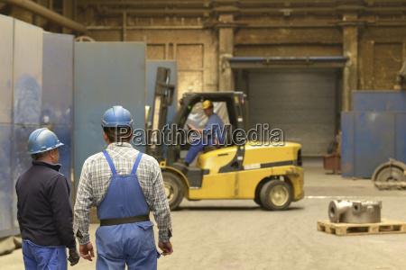 arbeiter in einer fabrikhalle