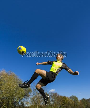 fussballspieler kickt ball