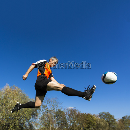 fussballer kicken ball