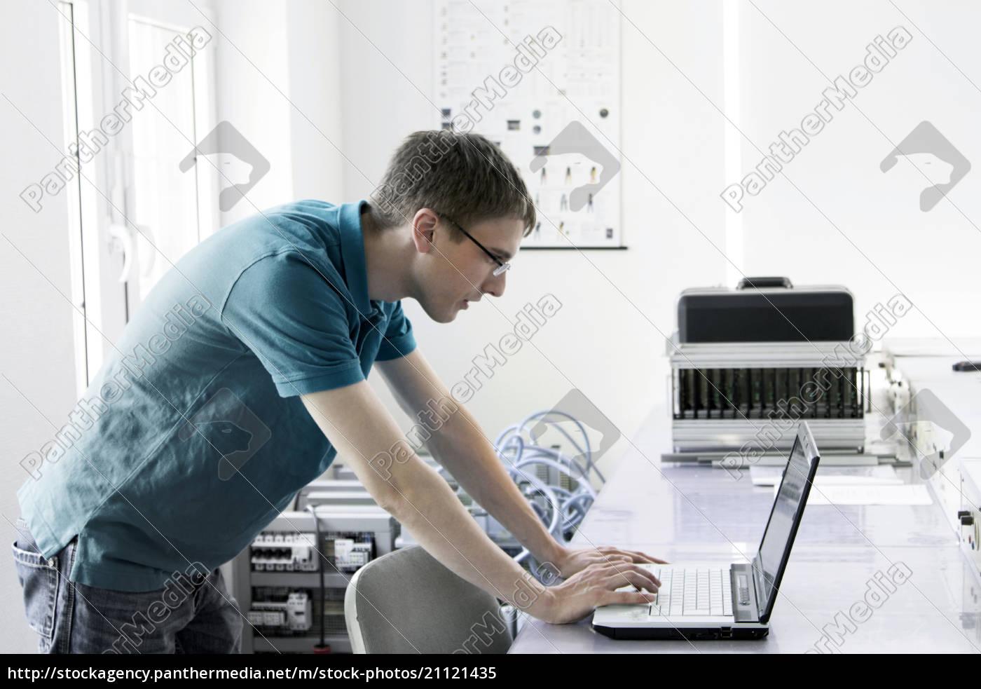 elektronischer, lehrling, mit, laptop, an, der - 21121435