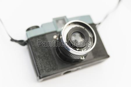 analoge plastikkamera auf weissem hintergrund aus