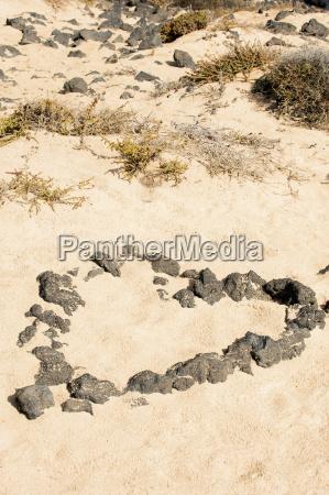 spanien fuerteventura herzform aus steinen im