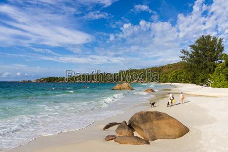seychellen praslin touristen mit hunden am