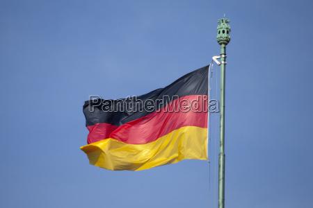 deutsche flagge und blauer himmel