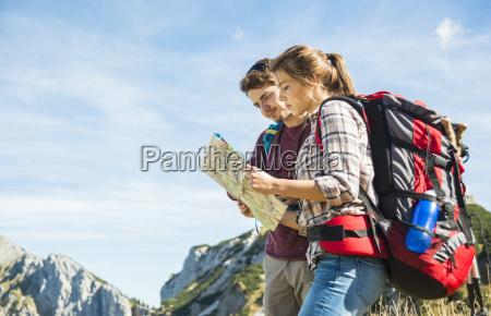 oesterreich tirol tannheimer tal junge wanderer