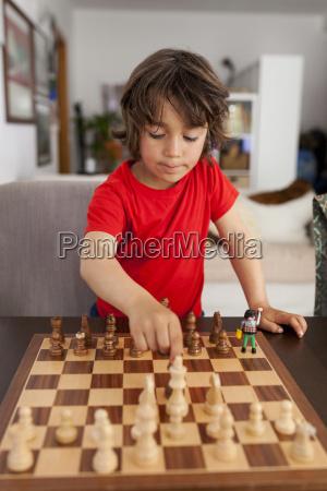 kleiner junge der zu hause schach