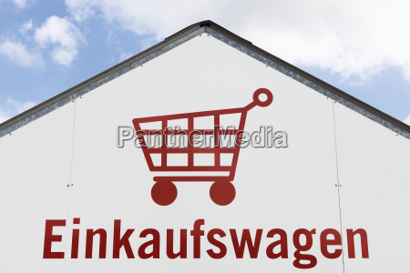 deutschland einkaufswagenpiktogramm auf einer hausfassade