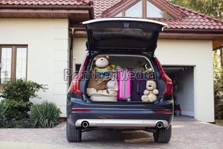 offener kofferraum gepackt fuer familienurlaub