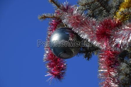 dekorationen neujahr baum tinsel und spielzeug