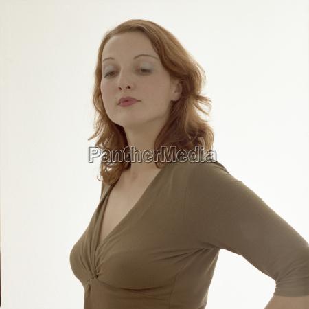 giovane donna braccia dietro la schiena