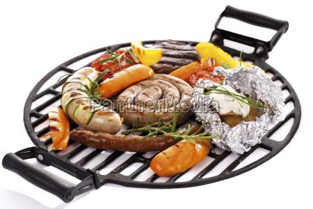 fleisch wurst und gemuese auf grill