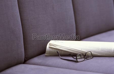 brillen und zeitungen auf sitzen