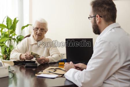 grandma zahlt den arzt fuer einen