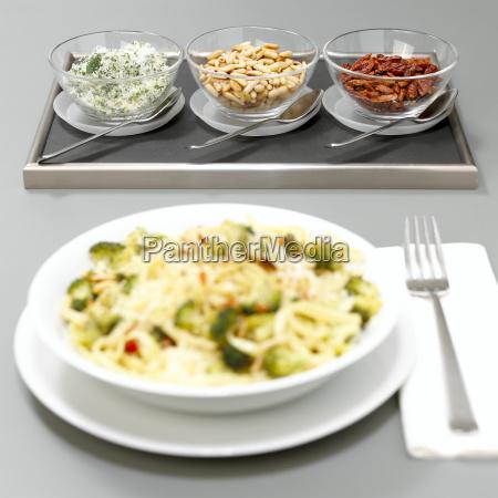 nudeln mit kraeutersalz pinienkerne und chili