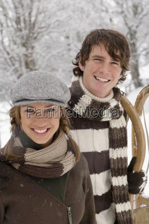 oesterreichsalzburger landaltenmarktjunges paar in winterkleidunglaechelnd