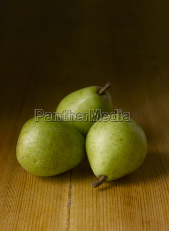 frische gruene birnen
