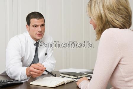 doktor der mit patienten im buero