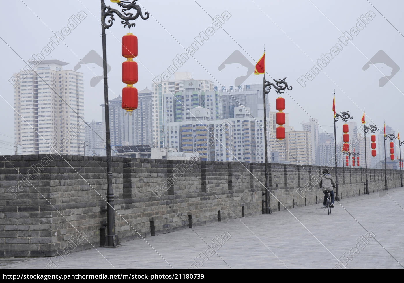 china, xi'an, frau, radfahren, neben, stadtmauer - 21180739