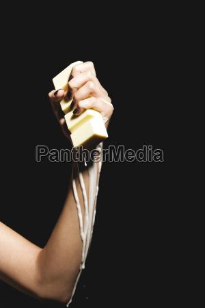 weibliche, hand, mit, schmelzenden, schokoriegel, aus, der - 21180833