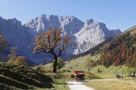 oesterreichtirolansicht von karwendel mountains im herbst