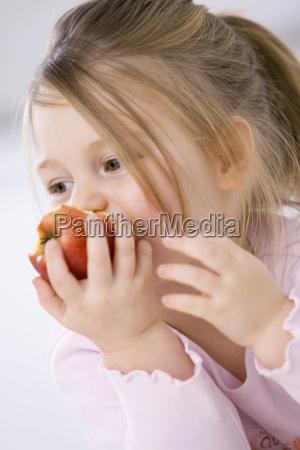 kleines maedchen 3 4 essen ein