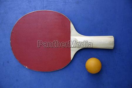 nahaufnahme eines tischtennisschlaegers und eines balls