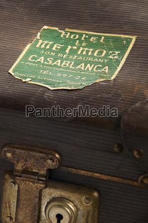 alter koffer mit reiseaufklebern