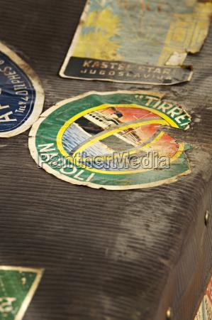 alter koffer mit reiseaufkleber