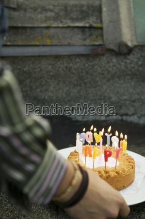pastel de cumpleanyos con velas ardientes