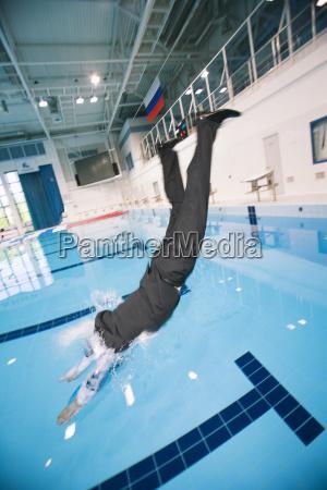 der geschaeftsmann springend in pool