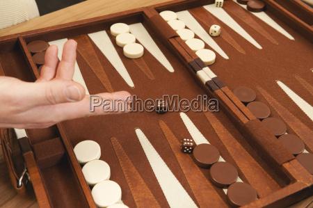 persona lancio dadi bordo backgammon primo
