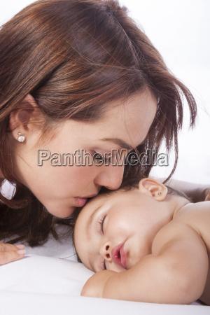 mutter kuesst ihr baby maedchen