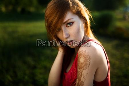 portrait eines rothaarigen maedchens mit einem