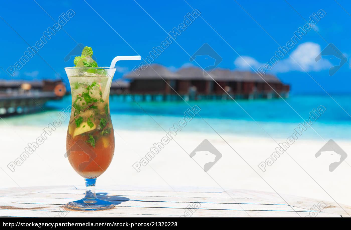 cocktail, mit, unschärfe, strand, auf, hintergrund - 21320228