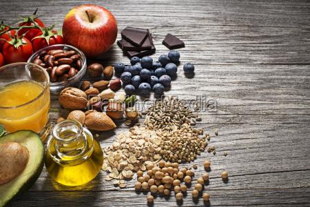 gesundes essen mit gemuese und obst