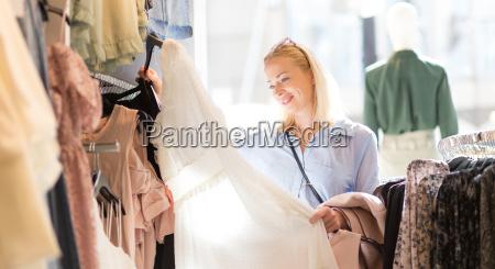 schoene frau einkaufen modische kleidung in