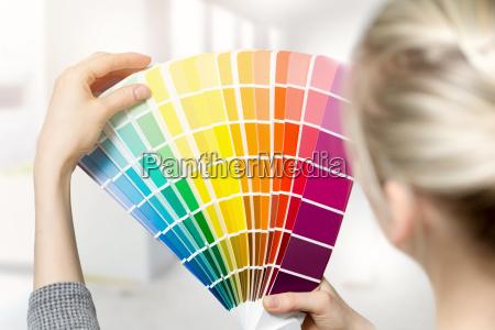 mujer que selecciona el color de