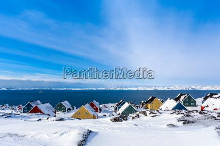 gelbe blaue rote und gruene inuithaeuser