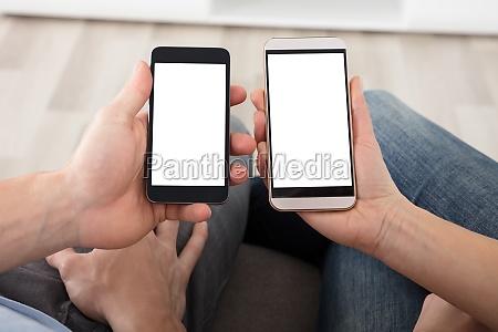 paar holding handy mit leeren bildschirm