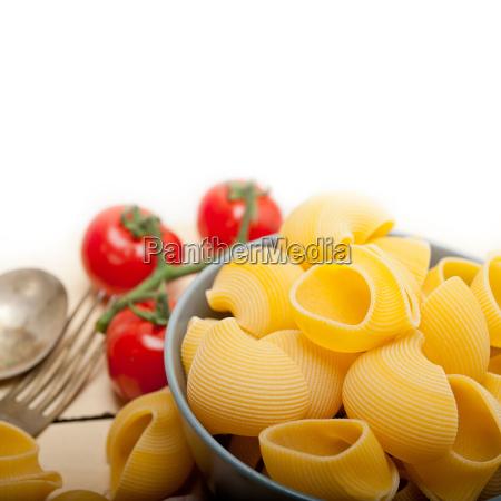 italienische schnecke lumaconi pasta mit tomaten